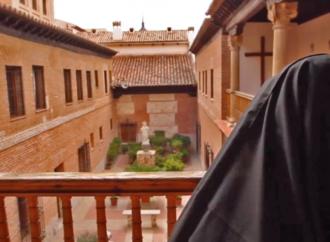 Las hermanas Carmelitas procesionan por Santa Teresa de Jesús