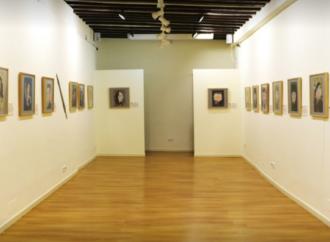 Manel Fontdevila afila su lápiz en la Fábrica del Humor