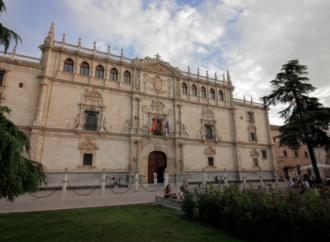 Una lona con la imagen de la Universidad de Alcalá cubre ya las obras de la fachada de la Cisneriana