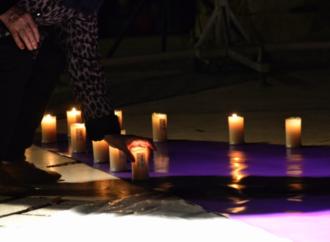 Velas por cada una de las víctimas de violencia machista en la Plaza de Cervantes