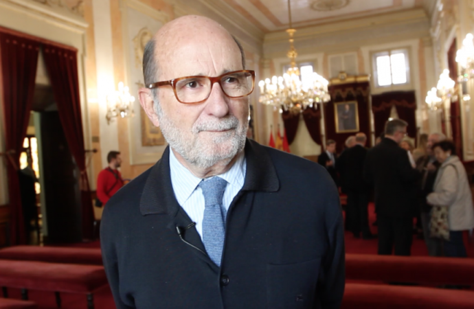 Arsenio Lope Huerta recibe la medalla de Oro de Alcalá en un acto muy emocionante