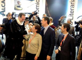 Pedro Sánchez posa con Cervantes en el stand de Alcalá en Fitur