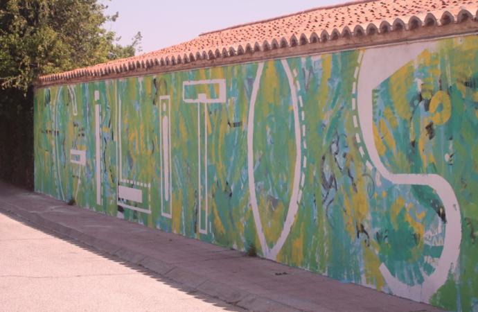 El taller de arte urbano «Veranearte» transforma los muros del centro Gilitos de Alcalá