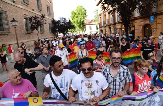 Orgullo 2020 en Alcalá: arrancan los actos con la colocación de banderas arcoíris en el Ayuntamiento y la Torre de Santa María
