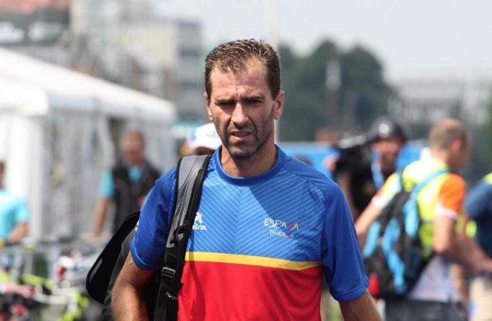 El desafío del paralímpico Dani Molina contra el elevador de Getxo