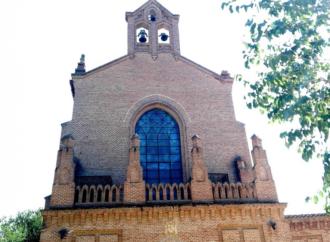 ¿Dónde está el pináculo derecho de la fachada de la ermita del Val?