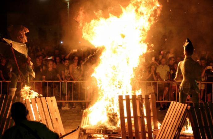 Así ardió la «Falla Valenciana» de Alcalá de Henares