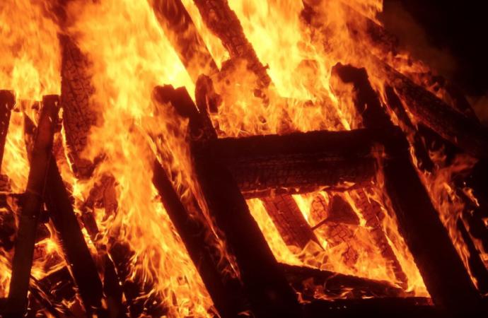 El acoso escolar arde en la hoguera de Santa Lucía en Alcalá