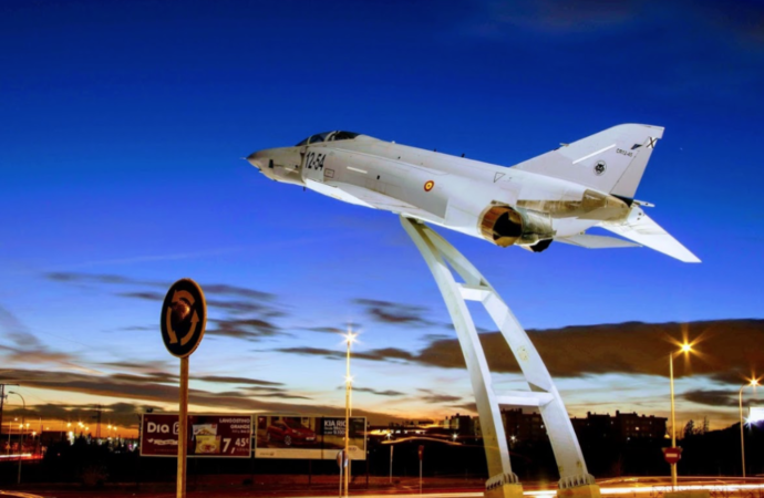 Así será la nueva rotonda de acceso a la Ciudad del Aire de Alcalá, con avión caza F-4 incluido