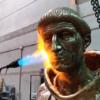 Así es el fuego que esculpe a Cisneros, Don Quijote o Juan Pablo II en Alcalá