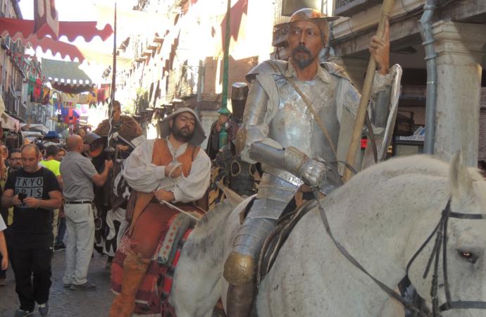 Alcalá celebra su día grande con homenajes a Cervantes y su espectacular mercado