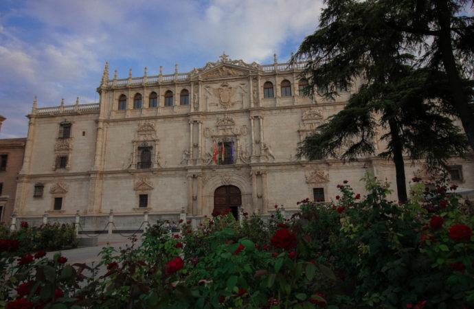 Gran exposición sobre la fachada de la Universidad de Alcalá