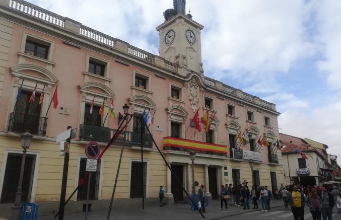 Alcalá cuelga en el balcón la bandera de España y la de las 17 comunidades autónomas