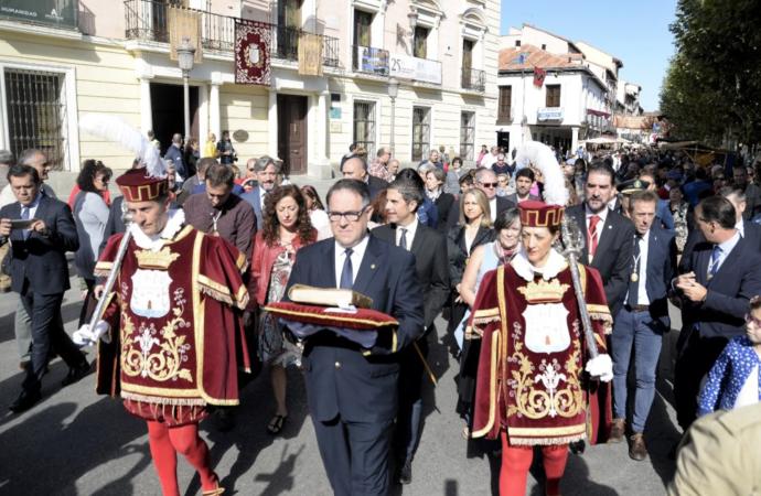 Alcalá de Henares 'procesiona' la partida bautismal de Cervantes