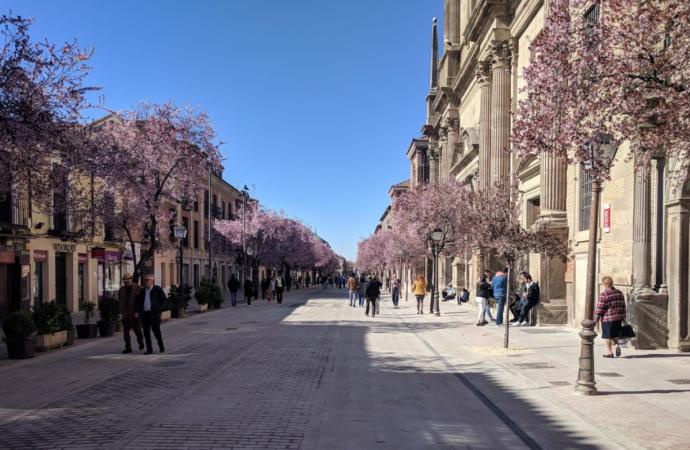 La calle Libreros de Alcalá estrena mobiliario urbano