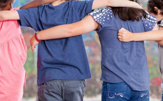 Cómo pueden padres y profesores ayudar a los niños a hacer nuevas amistades