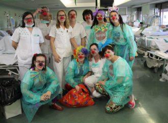 El Hospital de Guadalajara recibe «las risas solidarias» de la asociación Barabú Payasos