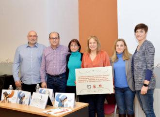 Los responsables de 'Bubisher: Un bibliobús para el Sáhara' reciben el dinero del mercadillo solidario de Azuqueca
