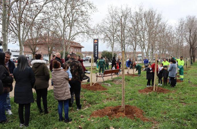 Familias de Azuqueca de Henares plantan un centenar de árboles en la localidad