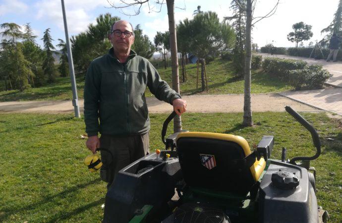 Felipe, «el jardinero fiel» de Torrejón: sus colores rojiblancos hasta en el cortacésped