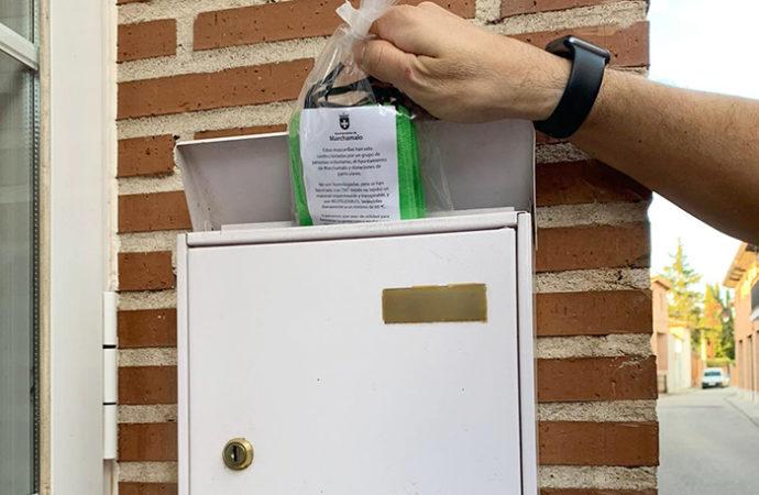 El Ayuntamiento de Marchamalo buzonerá, a partir de mañana, las mascarillas confeccionadas por un grupo de vecinos