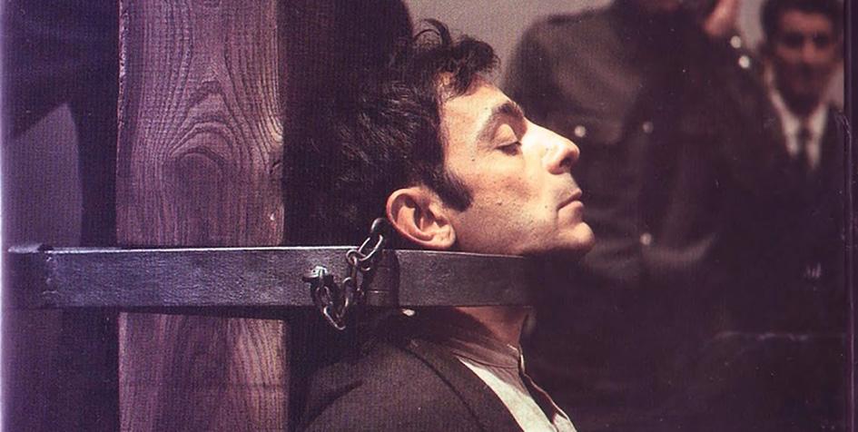 El actor José Luis Gómez en el papel de PascualDuarte, ajusticiado con garrote vil. Escena rodada por el director Ricardo Franco en el patio del actual Museo Arqueológico Regional de Alcalá (1975).