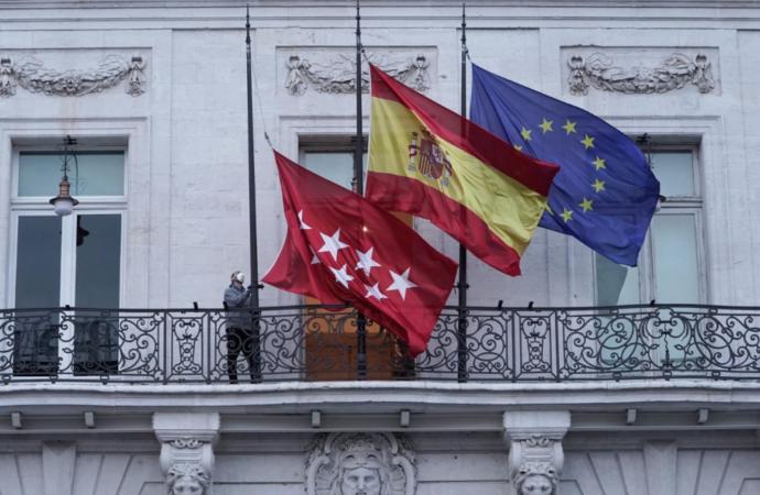 Las banderas ya ondean a media asta por el luto oficial en la Comunidad de Madrid