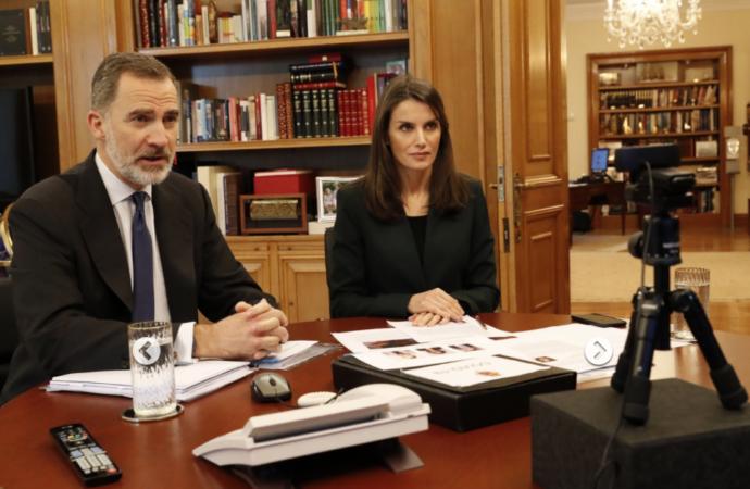 Los Reyes conversan con el alcalde, el rector de la Universidad de Alcalá y los responsables del Instituto Cervantes