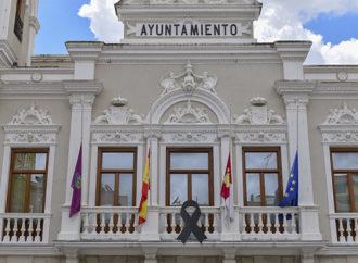 Guadalaja recordará a las víctimas del coronavirus con un gran lazo negro en el ayuntamiento