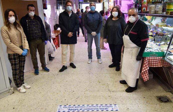 Torrejón distribuye vinilos a los comerciantes para marcar en el suelo la distancia de seguridad entre clientes