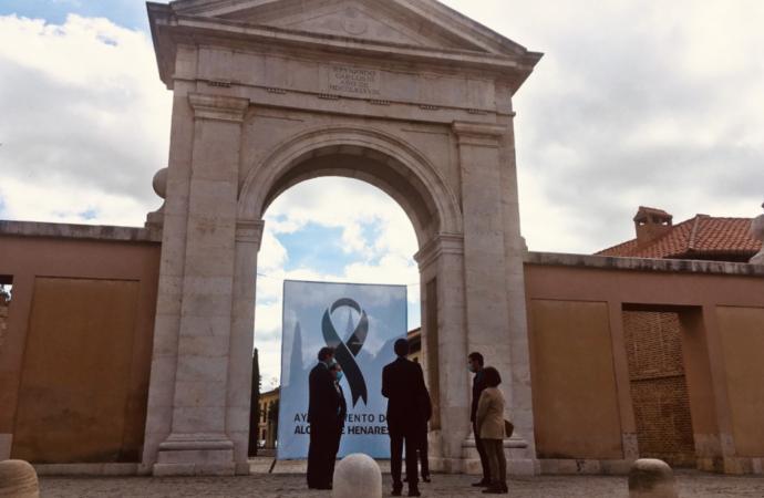 Alcalá recuerda a sus cerca de 750 víctimas con un crespón negro y un minuto de silencio en la Puerta de Madrid