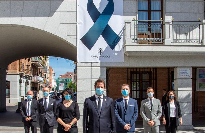 Un gran crespón negro en la fachada del ayuntamiento de Torrejón en recuerdo a las víctimas del coronavirus