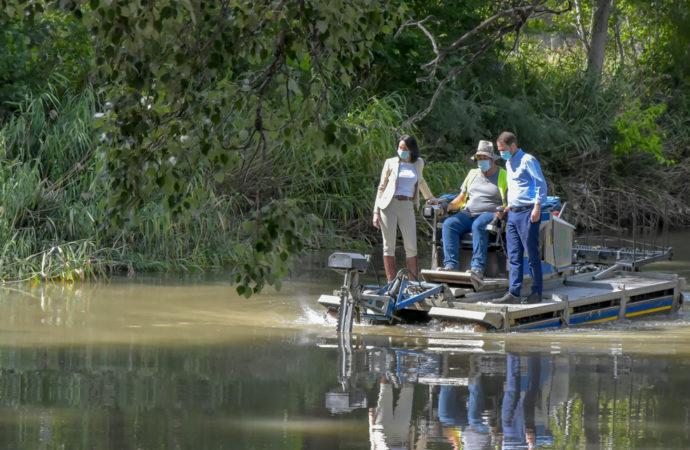 El ayuntamiento de Torrejón lucha contra los mosquitos con un barco anfibio que acaba con las plantas acuáticas en las que anidan