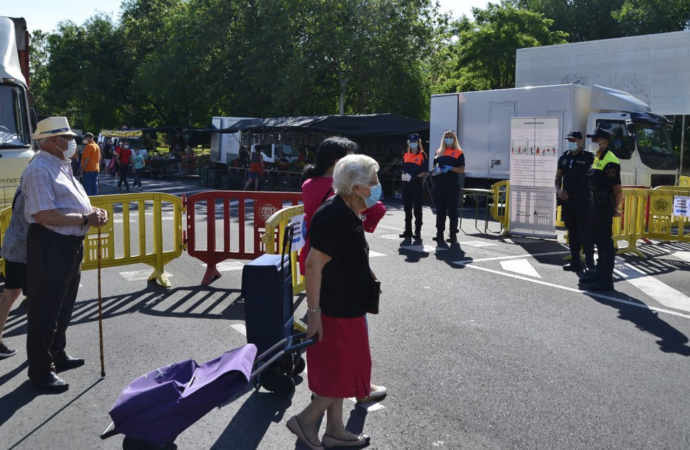 El cierre de los mercadillos en Alcalá une a PP y Podemos-IU, frente a la postura del PSOE