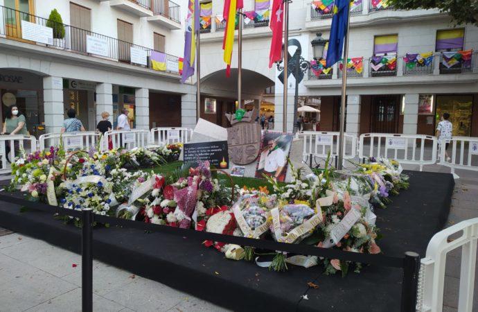 Los pañuelos de las peñas de Torrejón adornan la fachada del ayuntamiento en homenaje a las fiestas y a las víctimas del COVID-19