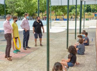 Los niños que participan en el programa Colevacaciones de verano de Torrejón recibieron la visita del alcalde