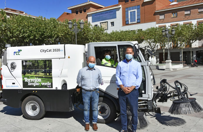Torrejón incorpora una nueva barredora eléctrica a la flota de vehículos del servicio municipal de limpieza