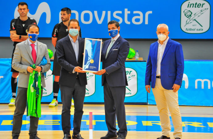 El Inter Movistar reconoce la labor de Torrejón en favor del deporte entregando la medalla de campeones al alcalde