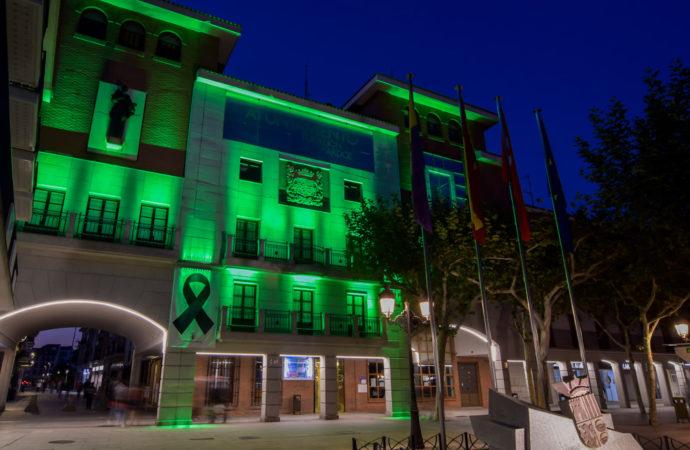 La fachada del Ayuntamiento de Torrejón se iluminó de verde contra el desperdicio alimentario