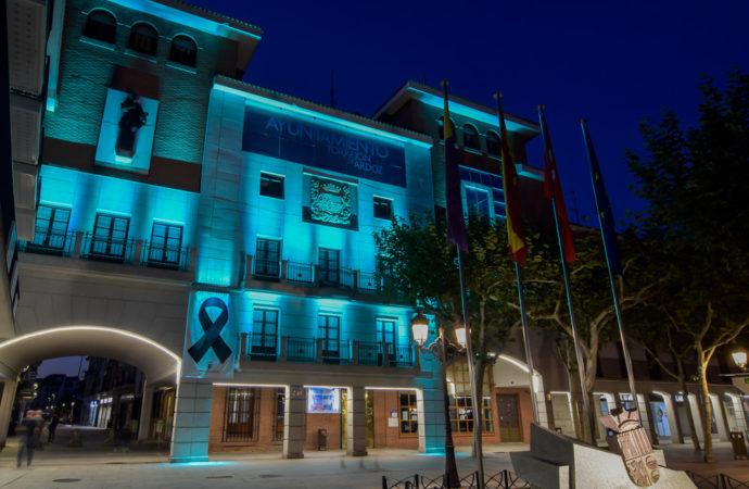 La fachada del Ayuntamiento de Torrejón se iluminó de de azul turquesa con motivo de la celebración del Día de la Dislexia