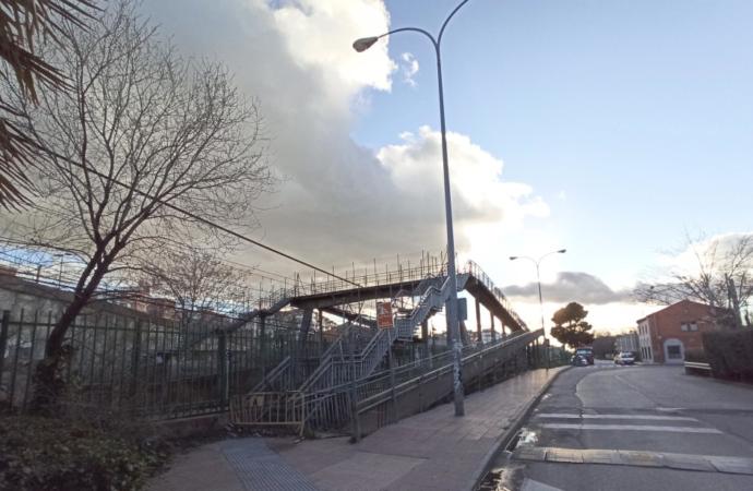 Pasarela peatonal de la calle Gaceta de Alcalá: comienzan los trabajos previos para su reparación