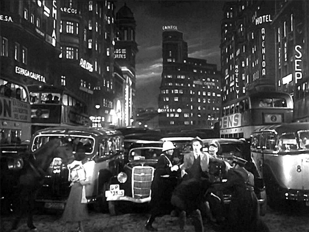 """Fernando Fernán Gómez en la Gran Vía madrileña. Fotograma de la película """"El último caballo"""" (1950)."""