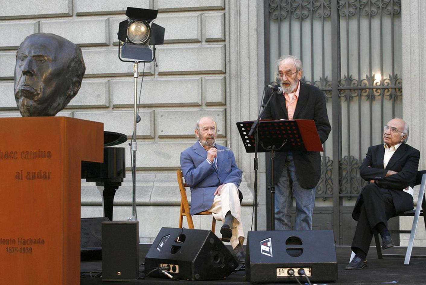 Caballero Bonald, Ángel González y Francisco Brines en los jardines de la Biblioteca Nacional, en el homenaje a don Antonio Machado (19 de junio de 2007).