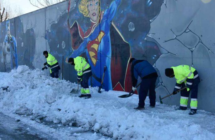 Torrejón de Ardoz trabaja en la retirada de hielo y nieve de los colegios y escuelas para empezar las clases el miércoles 20