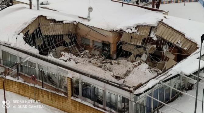 La nieve hunde las pérgolas del Colegio Infanta Catalina y el tejado de un bar en Alcalá