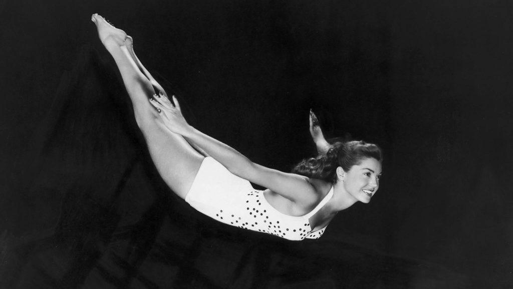 Impecable salto de trampolín de Esther Williams hacia las transparentes aguas de la irrealidad.