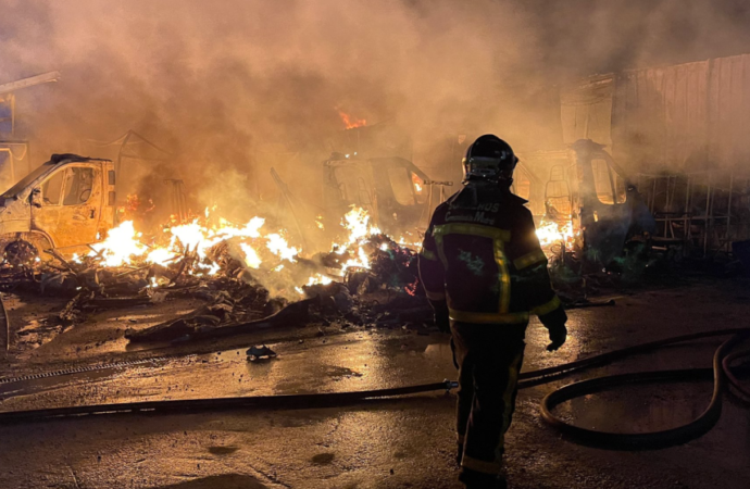 Espectacular y peligroso incendio en Alcalá: arden y explotan vehículos de Caravaning K2 en la Carretera de Daganzo