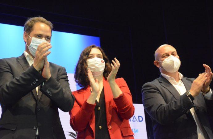 La candidata popular a la presidencia de la Comunidad, Isabel Díaz Ayuso, arropada por Ignacio Vázquez y Pedro Rollán en su visita a Torrejón