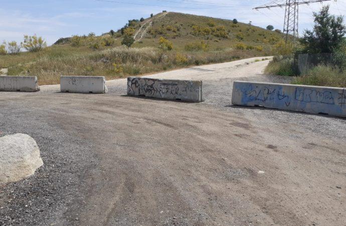 Coslada cierra un camino paralelo a la M-45 para acabar con los vertidos ilegales en ese punto