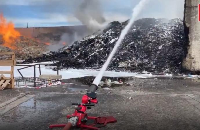 Hasta 13 dotaciones de bomberos y brigadas forestales para controlar el aparatoso incendio en el Polígono Azque de Alcalá